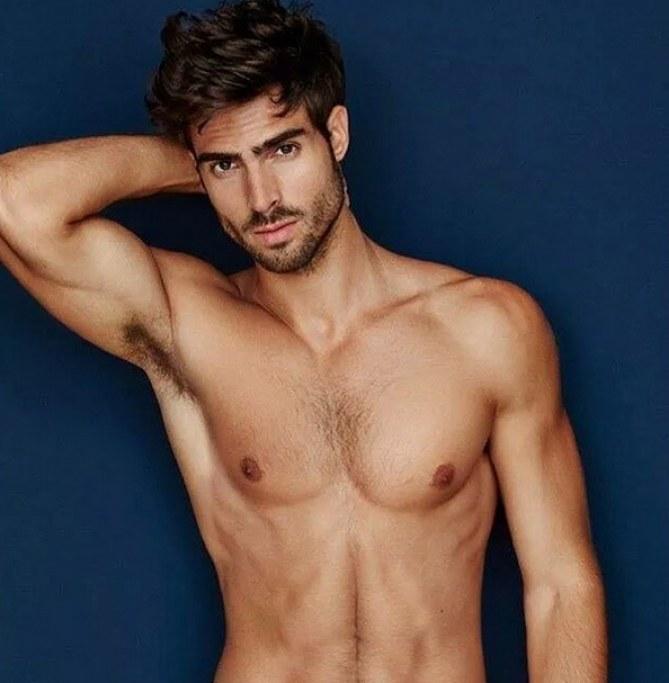 Alejandro Avila Desnudo